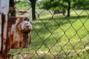 Beispiel einer nicht verzinkten Maschendrahtzaun Tür